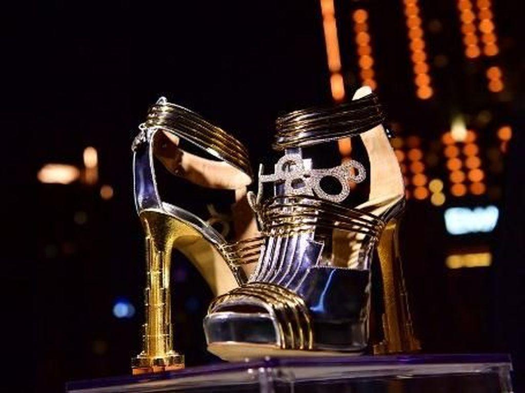 Foto: Sepatu Rp 266 Miliar, Terbuat dari Emas dan Batu Meteorit