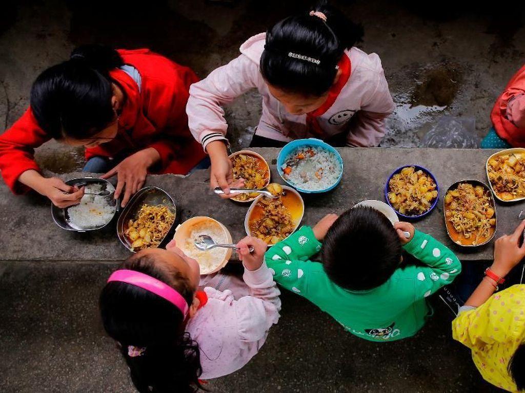 Makan Terlalu Lama, Murid TK di China Dipaksa Makan Dalam Toilet Kotor