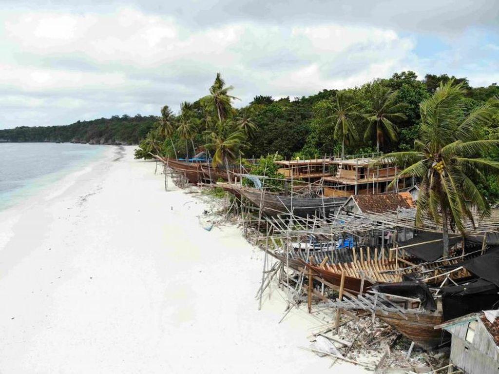 Foto: Pantai Cantik Tempat Pembuatan Kapal Pinisi