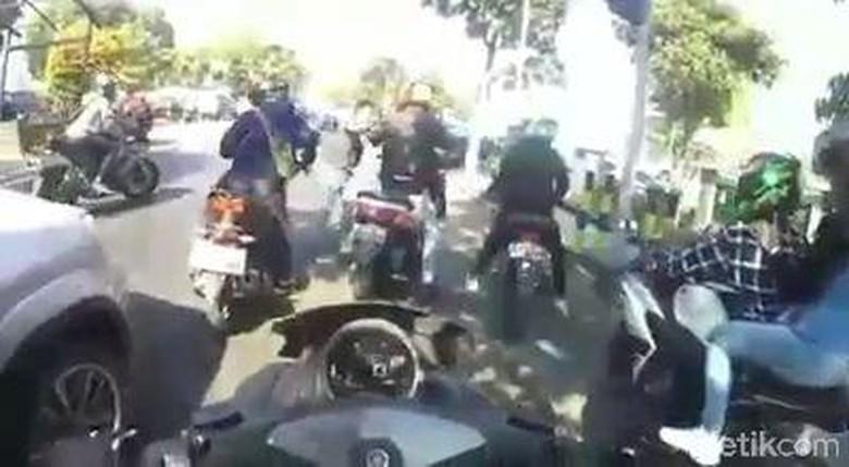 Video Kericuhan Pengemudi Mobil vs Anggota Komunitas Motor. Foto: Tangkapan Layar