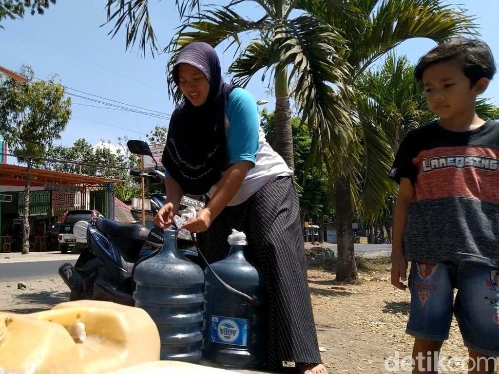 Kekeringan, Warga Banyuwangi Rela Antre di Sumur Tetangga