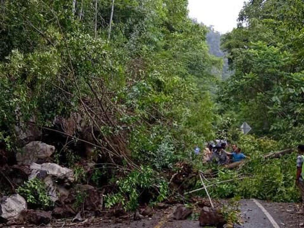 Jalur Lintas Barat Selatan Aceh Tertutup Longsor, Lalin Macet