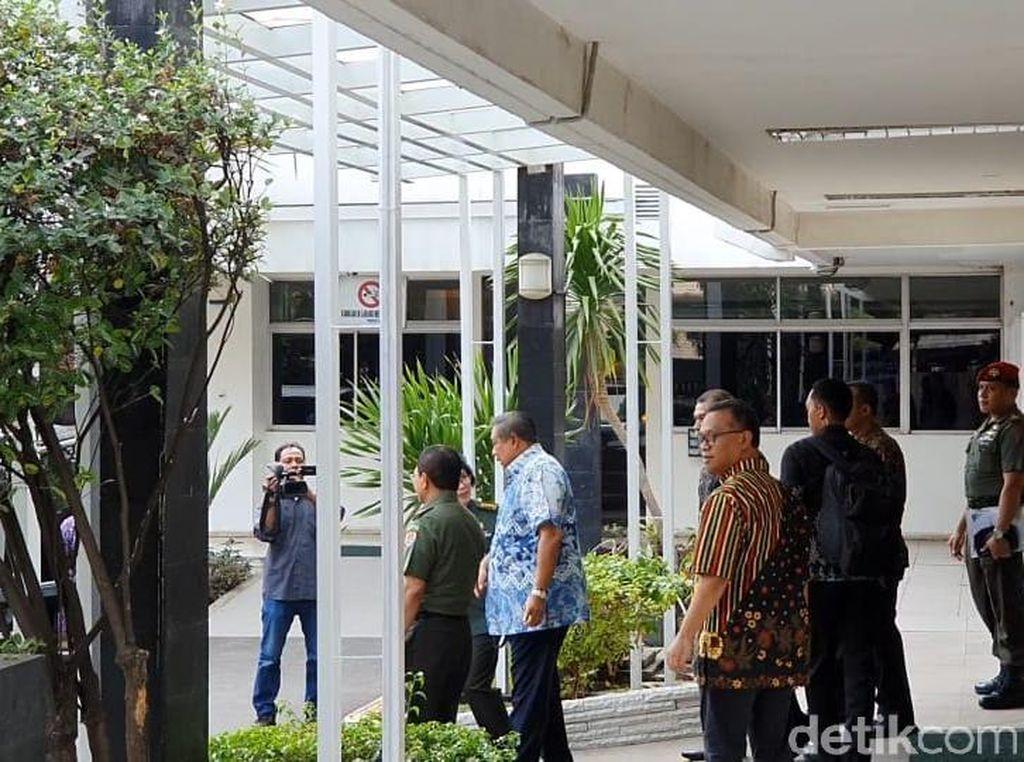Bersama AHY dan Ibas, SBY Jenguk Wiranto di RSPAD