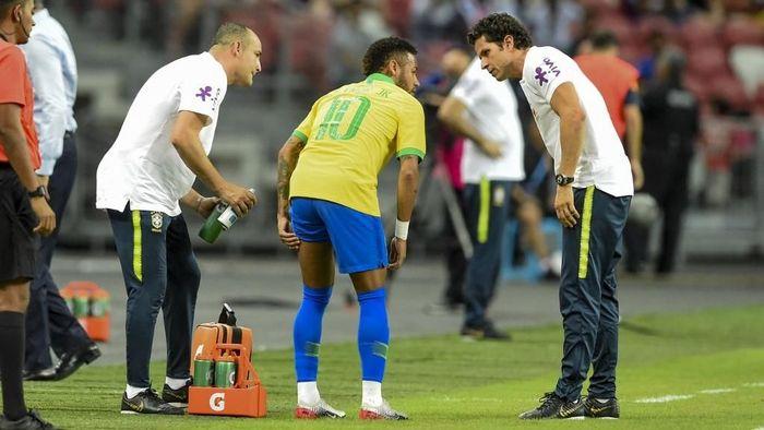 Neymar cedera saat membela Brasil di laga persahabatan melawan Nigeria (Foto: AFP/Roslan RAHMAN)