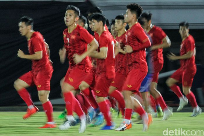 Momen saat Timnas Vietnam jalani sesi latihan di Stadion Kapten I Wayan Dipta, Gianyar, Bali, Senin (14/10/2019).