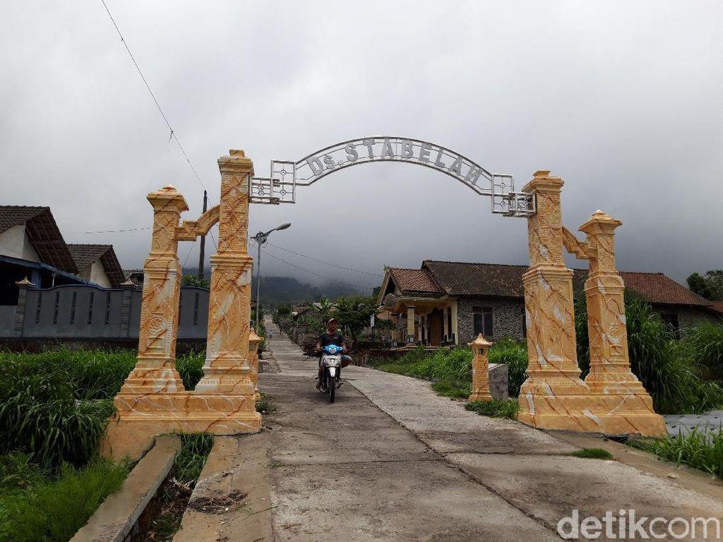 Gunung Merapi Embuskan Awan Panas, Selo Boyolali Diguyur Hujan Abu