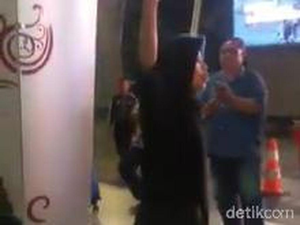 Viral, Emak-emak Teriak Pemerintahan Jatim Bobrok di Bandara Juanda