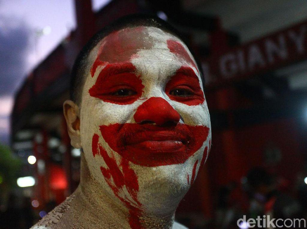 Tingkah Polah Suporter Indonesia dan Vietnam di Bali
