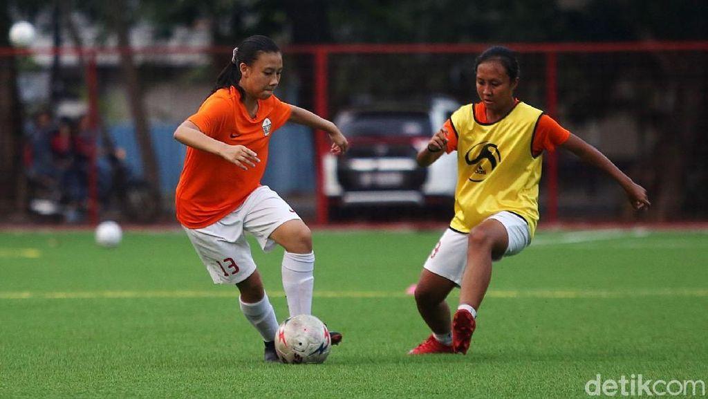 Melihat Tim Sepakbola Putri PON DKI Jakarta Berlatih Habis-habisan di Pulomas