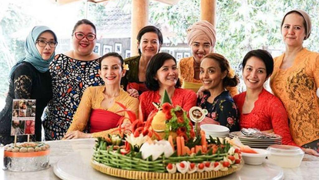 Gaya Seru Kulineran Wanda Hamidah Yang Dijuluki Peramal Ulung