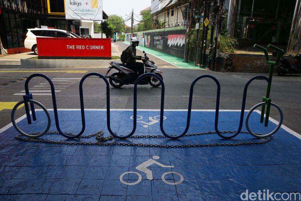 Pemerintah provinsi DKI Jakarta tengah menyiapkan tempat parkir sepeda di setiap stasiun Moda Raya Terpadu (MRT). Salah satunya di Stasiun MRT Cipete Raya.