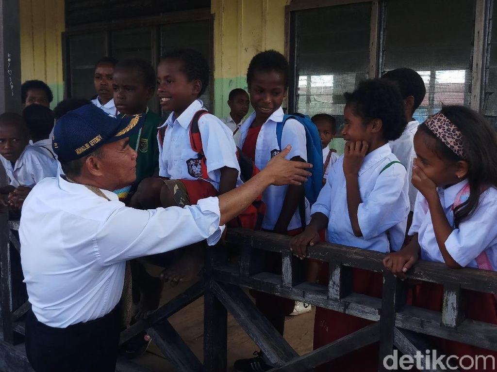 Mendikbud Cek Kondisi Ruang Belajar untuk Siswa Pengungsi di Nduga