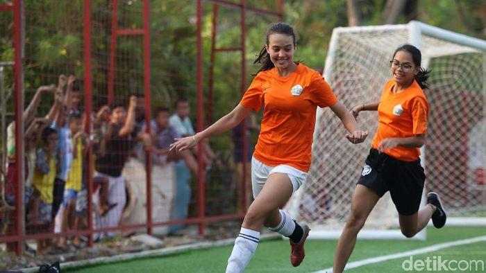 Portia Fischer saat berlatih bersama sepakbola putri DKI Jakarta menuju PraPON 2020. (Agung Pambudhy/detikSport)