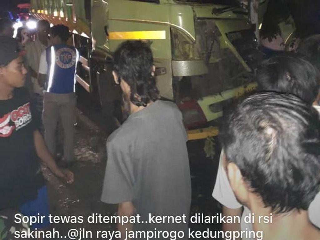 Truk Tabrak Pohon di Mojokerto, Sopir dan Kernet Tewas