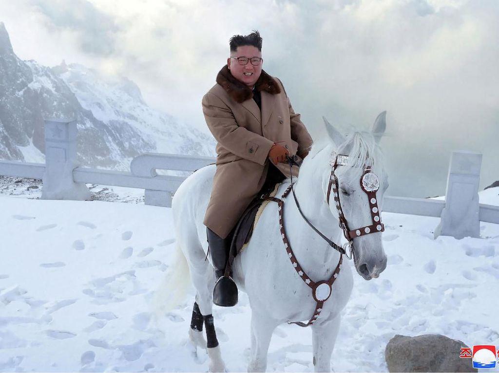 Foto: Kim Jong Un & Gunung Paling Suci di Korea Utara