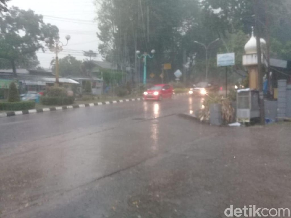 Video Hujan Deras Guyur Jambi, Asap Masih Mengancam