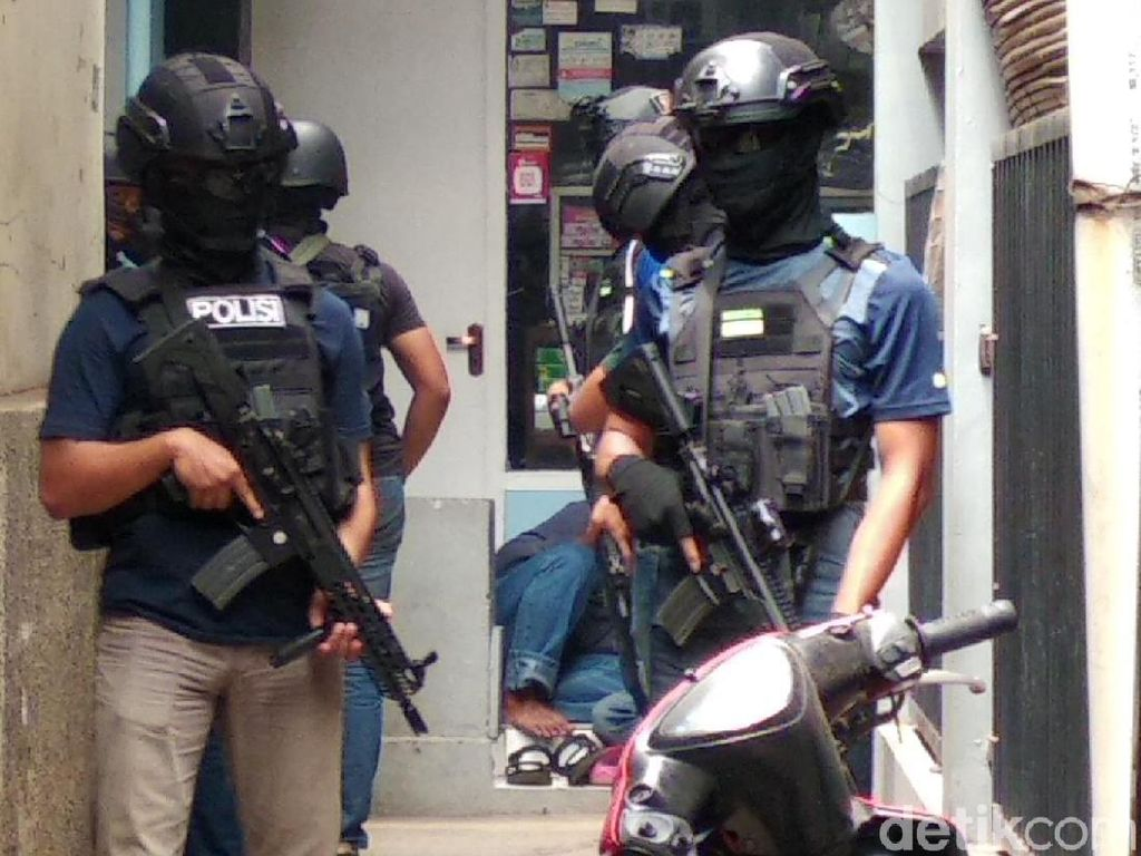 Hendak Bom Polisi Pakai Mobil Bareng Istri, Ahmad Safii Dibui 5 Tahun