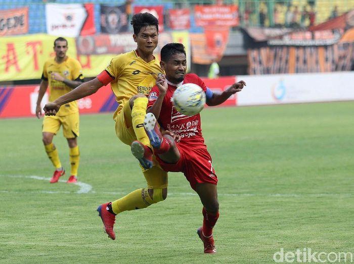 Aksi Semen Padang saat mencuri kemenangan di kandang Persija Jakarta. (Foto: Agung Pambudhy/detikcom)