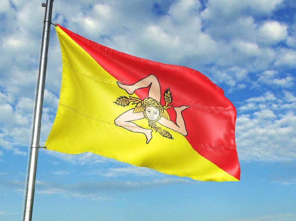 Bendera Unik: Kepala Medusa di Tengah Kaki Tiga