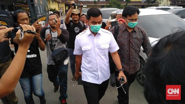 Ajudan Wali Kota Medan bernama Aidil Putra dibawa petugas KPK.