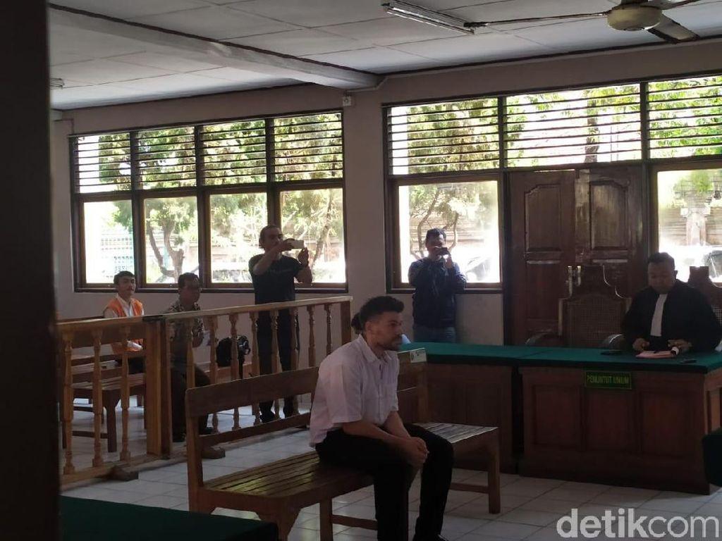 Bule Tendangan Kungfu ke Pemotor di Kuta Jalani Sidang Perdana