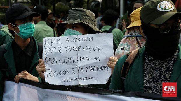 Puluhan mahasiswa dari beberapa universitas Jakarta melakukan aksi unjuk rasa di kawasan patung kuda,  Jakarta Pusat.   Mahasiswa dalam aksinya menuntut perppu UU KPK segera diterbitkan oleh Presiden.CNN Indonesia/Andry Novelino