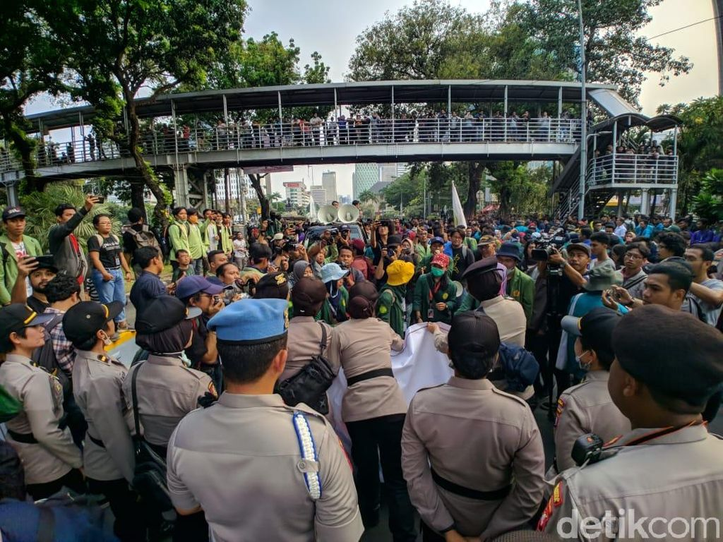 Unjuk Rasa Mahasiswa di Patung Kuda Usai, Massa Bubar Tertib