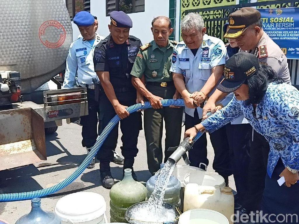 Ratusan Warga Kota Kediri Dapat Dropping Air Bersih Dampak Kemarau