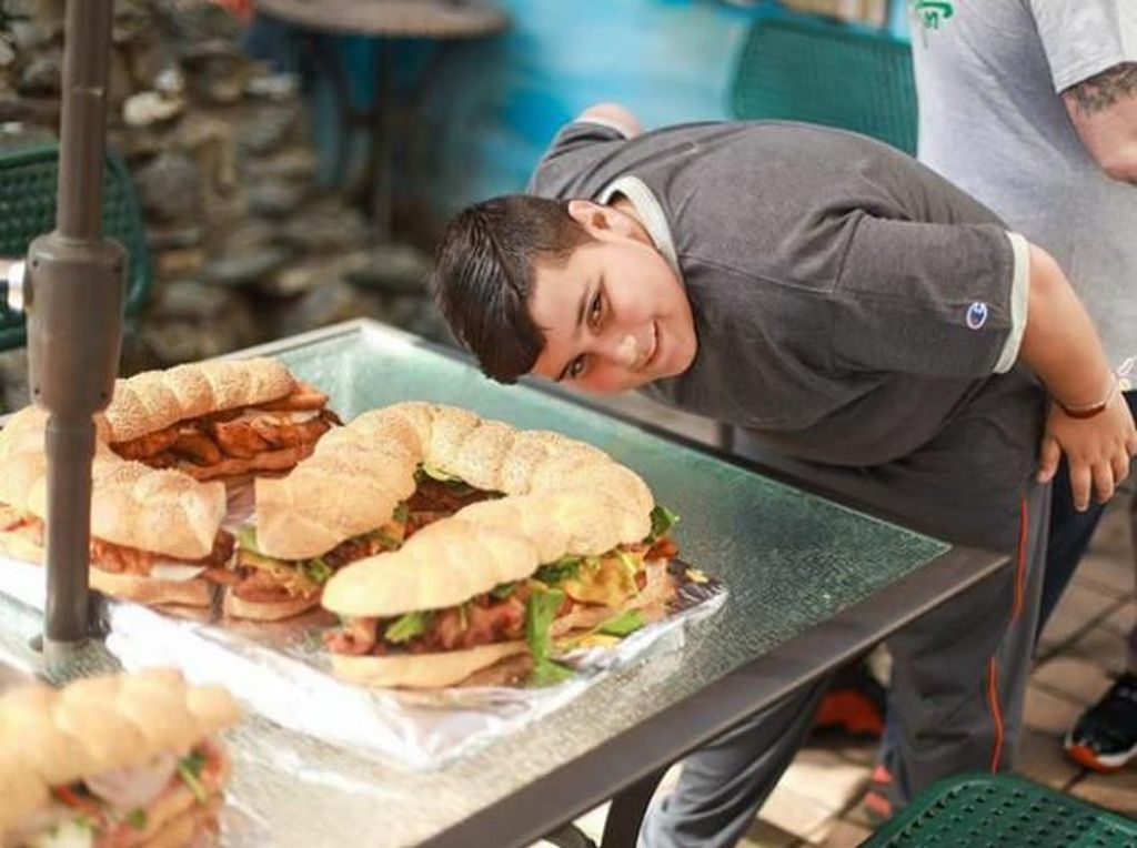 Berkat Kepolosannya Saat Ulas Makanan, Blogger 12 Tahun Ini Viral