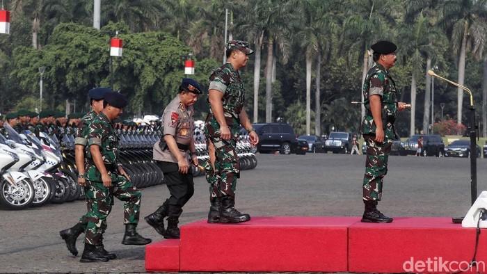 Panglima TNI Marsekal Hadi Tjahjanto bersama Kapolri Jenderal Tito Karnavian menggelar apel di Monas, Jakarta. Apel ini untuk persiapan keamanan jelang pelantikan presiden.
