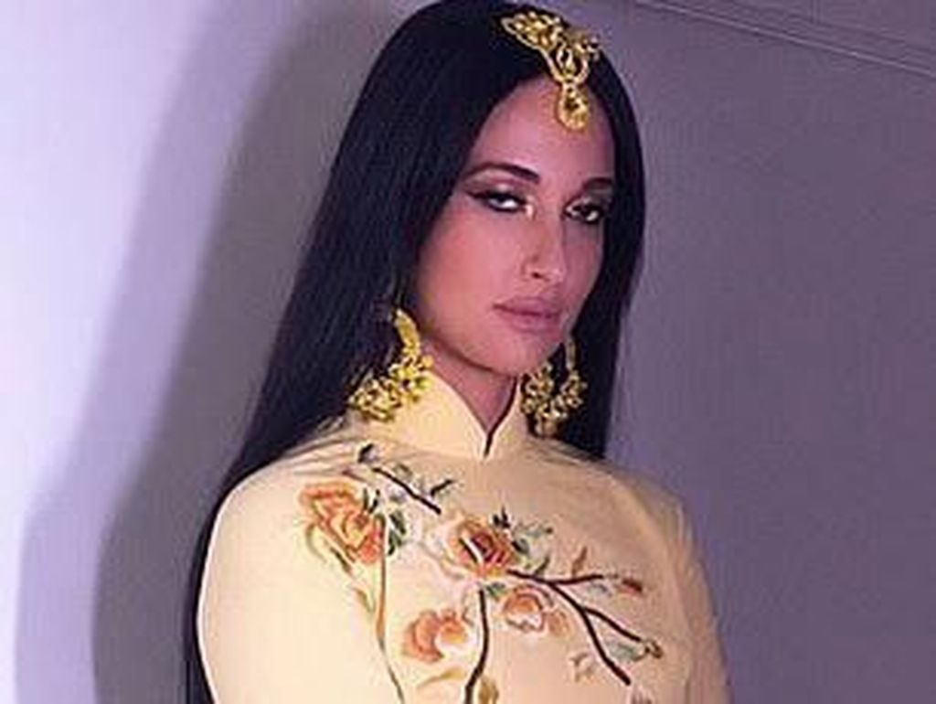 Gaya Seksi Penyanyi yang Dihujat karena Pakai Baju Vietnam Tanpa Celana