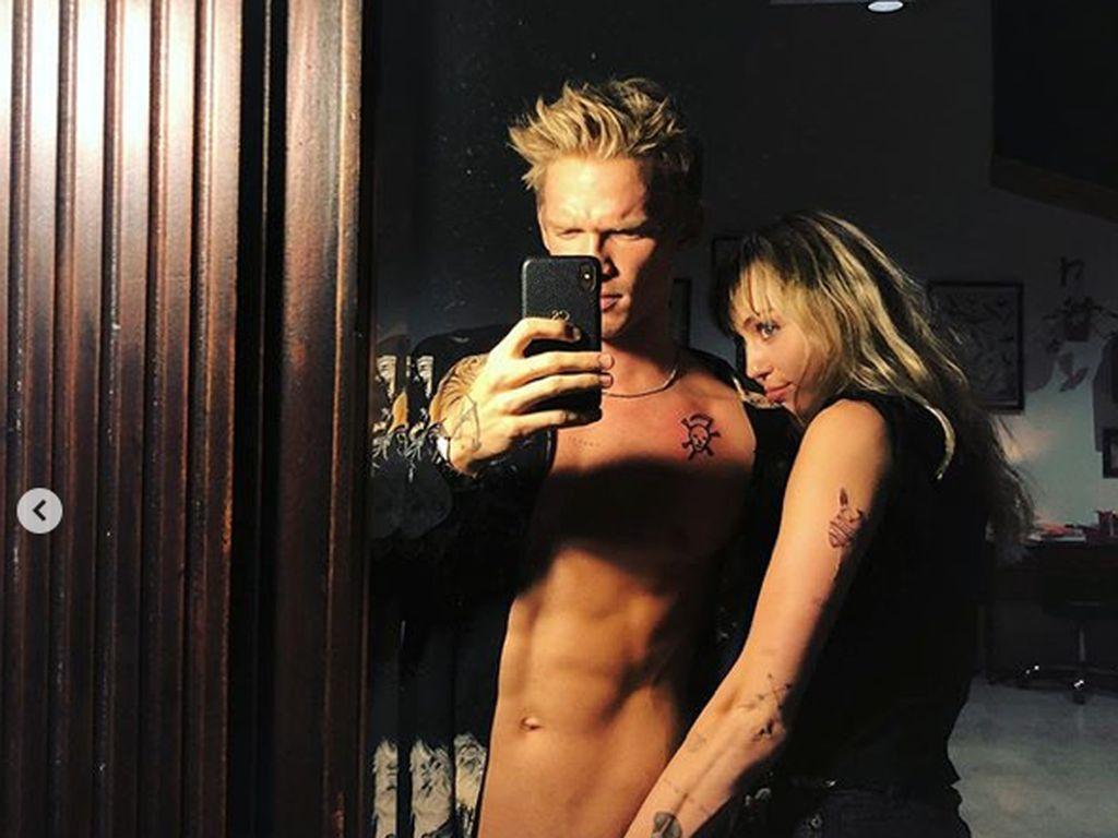 Miley Cyrus Curhat Soal Keperawanan dan Putus dari Cody Simpson