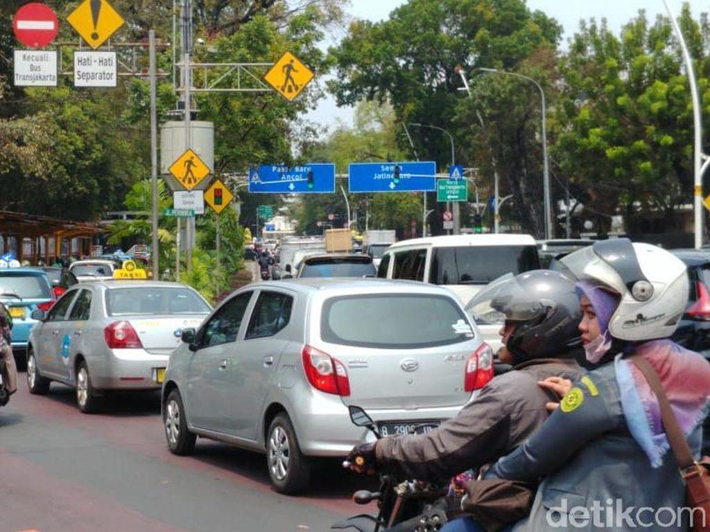 Lalin Sekitar Istana Ditutup Jelang Demo, Jl Medan Merdeka Timur Arah Juanda Macet