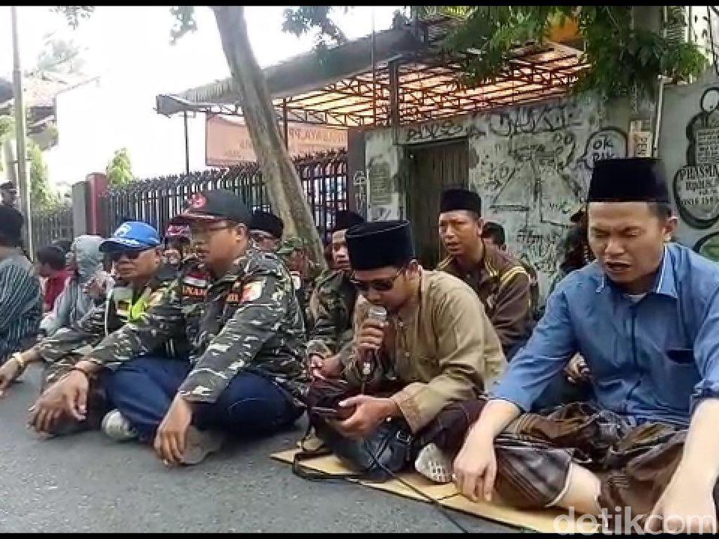 Sidang Ditunda, Kubu NU Sempat Istigasah dan Pendukung Gus Nur Orasi