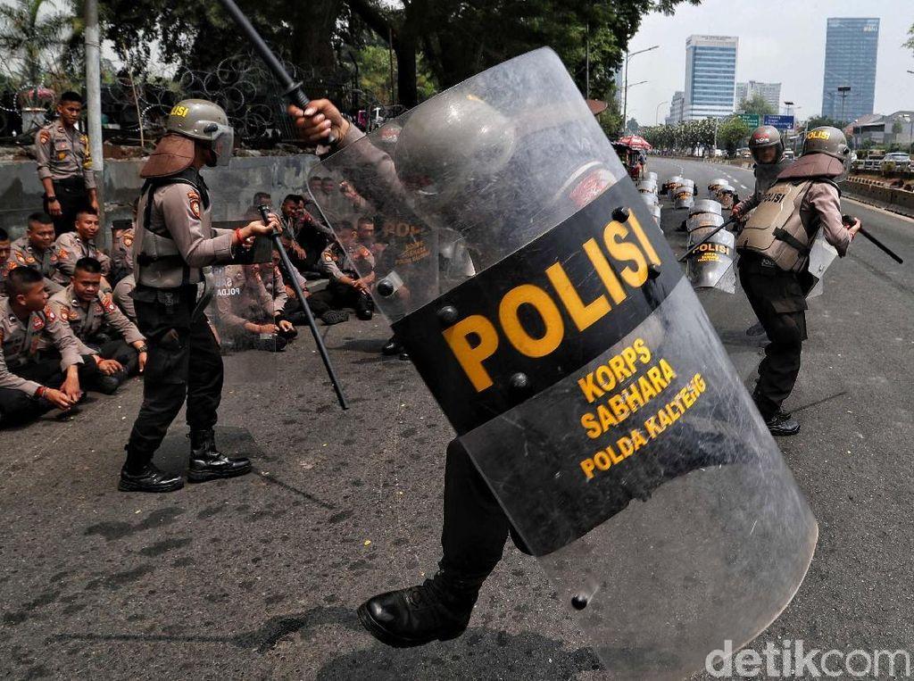 Aksi Personel Polisi Saat Jaga Gedung DPR