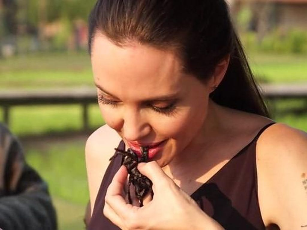 Momen Angelina Jolie Cicip Jangkrik hingga Kalajengking