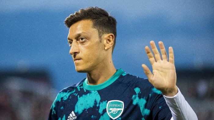 COMMERCE CITY, CO - JULY 15: Mesut Oezil #10 of Arsenal waves to fans during the second half against the Colorado Rapids at Dicks Sporting Goods Park on July 15, 2019 in Commerce City, Colorado.   Timothy Nwachukwu/Getty Images/AFP