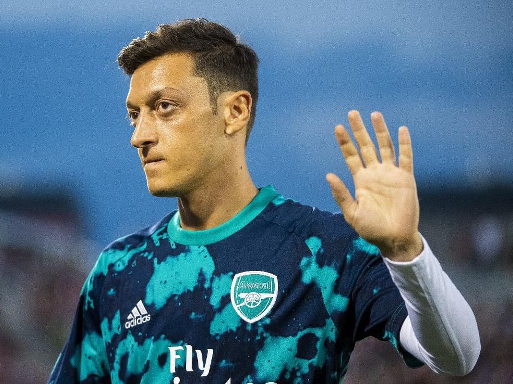 China Hilangkan Mesut Oezil di Game PES 2020