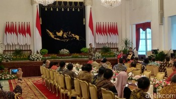 Kumpul Bareng Menteri, Jokowi Minta Maaf Suka Telepon Tengah Malam