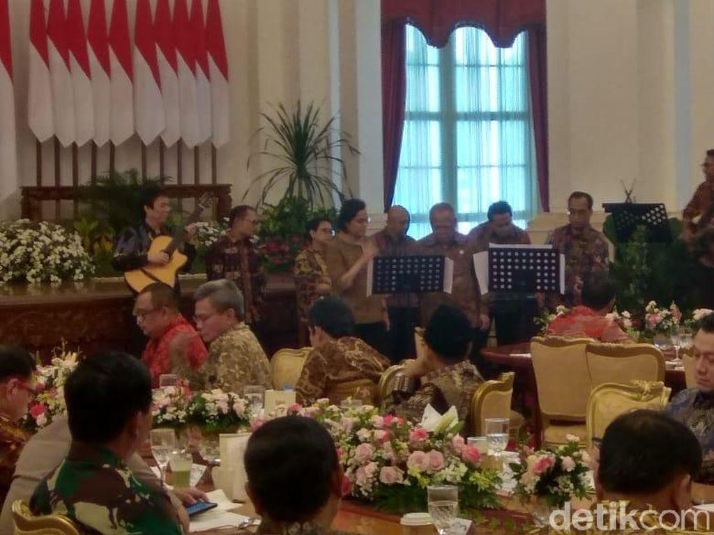 Sri Mulyani hingga Basuki Nyanyi My Way Frank Sinatra Buat Jokowi