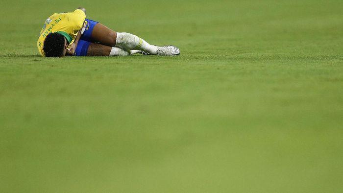 Neymar mengakui kerap diving supaya terhindar dari cedera. (Foto: Michael Reaves / Getty Images)