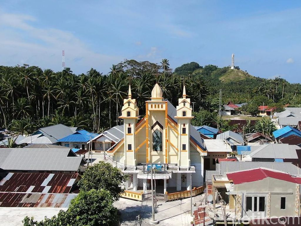 Kisah Kehidupan Umat Muslim di Pulau Kristen Indonesia