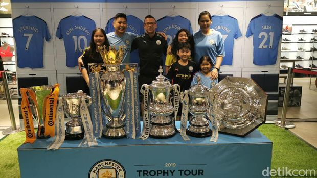 Manchester City Pamer 6 Trofi Juara di Jakarta