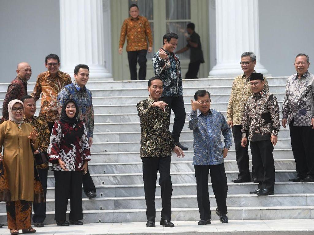 Kukuruyuk! Momen Tak Biasa Jokowi-JK Berkokok di Perpisahan Kabinet