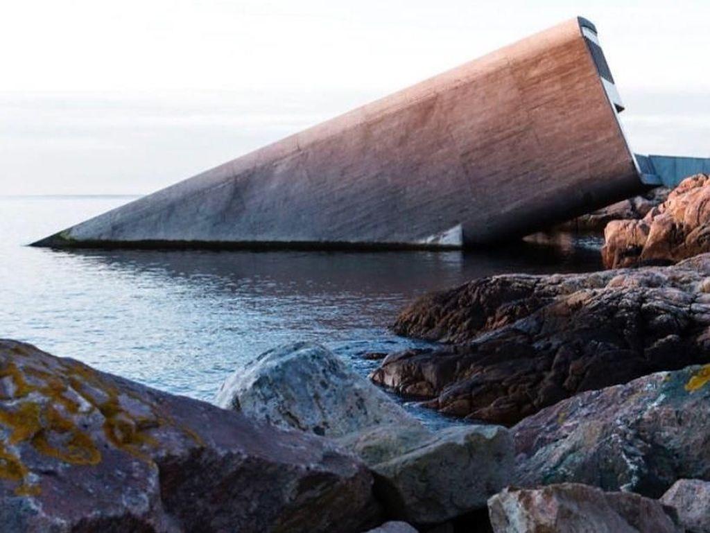 Nyungsep ke Laut, Restoran Ini Hadirkan Sensasi Makan di Bawah Air
