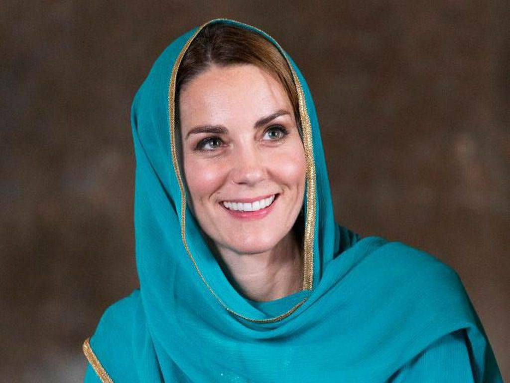 Anggun Bersahaja, Kate Middleton Pakai Kerudung Saat Kunjungi Masjid Pakistan
