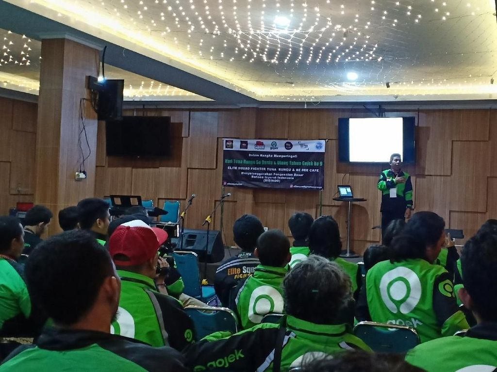 Kisah Ashrul, Dosen Tuna Rungu Nyambi GoSend Ajarkan Mitra Bahasa Isyarat
