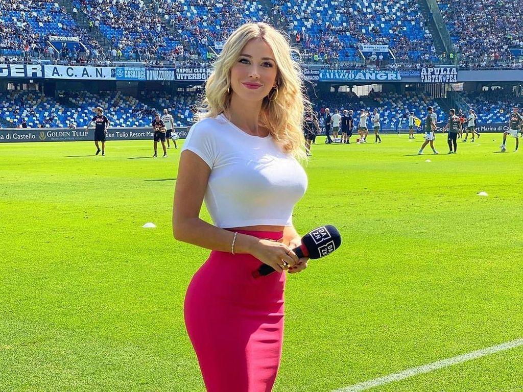 Pakai Baju Seksi Saat Liput Pertandingan Sepakbola, Presenter TV Dikecam