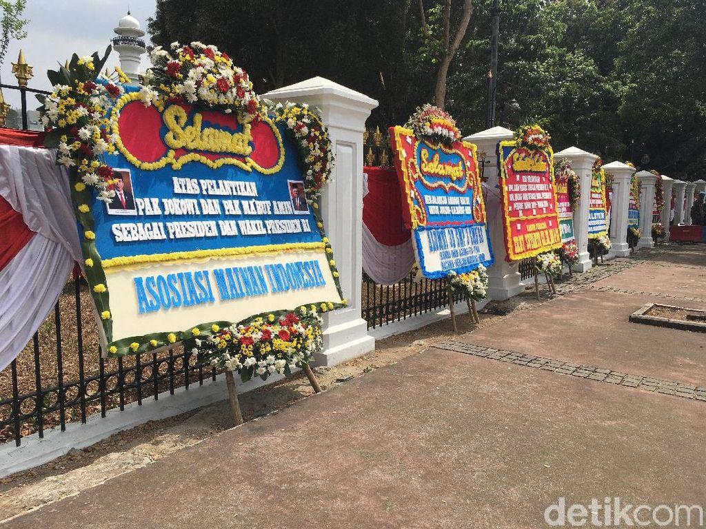 Karangan Bunga Selamat untuk Pelantikan Jokowi Berjejer di Depan Istana