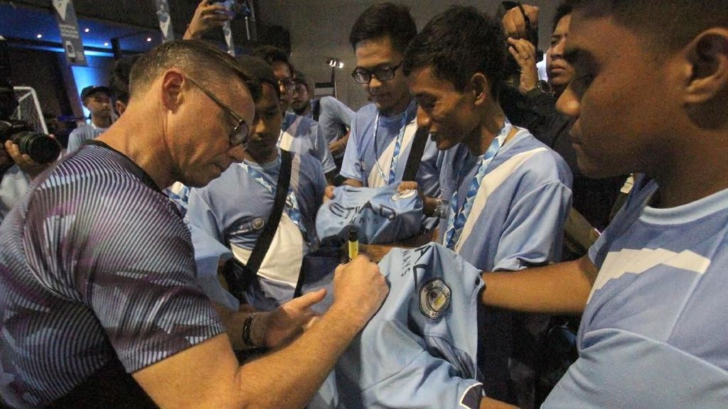 6 Trofi dan Legenda Manchester City Sambangi Jakarta